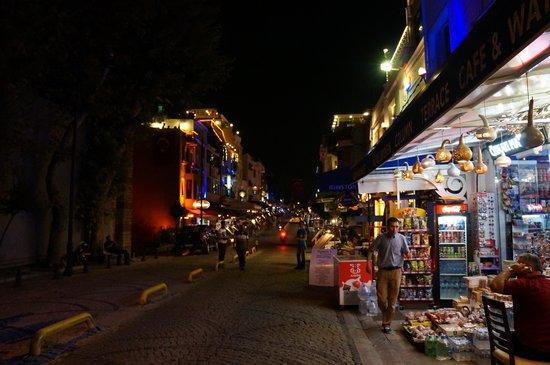 Sultan Hostel: la calle del hostel, puedes abastecerte cerca
