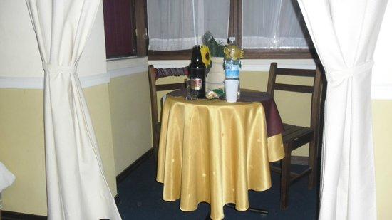 Hotel Rivera: Mesita en la habitación triple