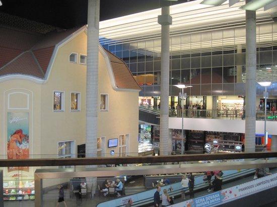 Akropolis: interno del centro commerciale