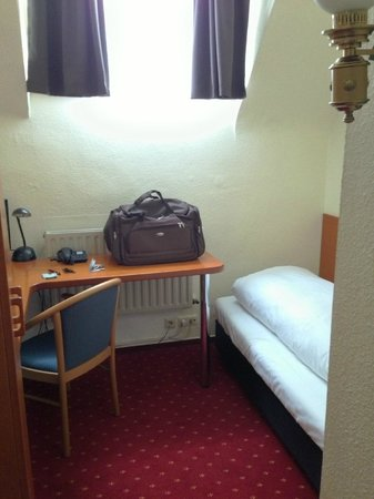 Novum Hotel Leonet Cologne Altstadt : Small room - not worth $300+ per night