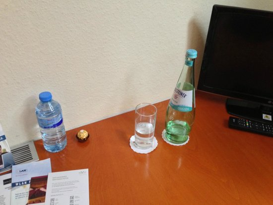 Novum Hotel Leonet Cologne Altstadt : Used bottle of water in room at checkin