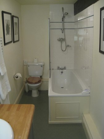 The White Hart Hotel: Upgraded and modern bathroom