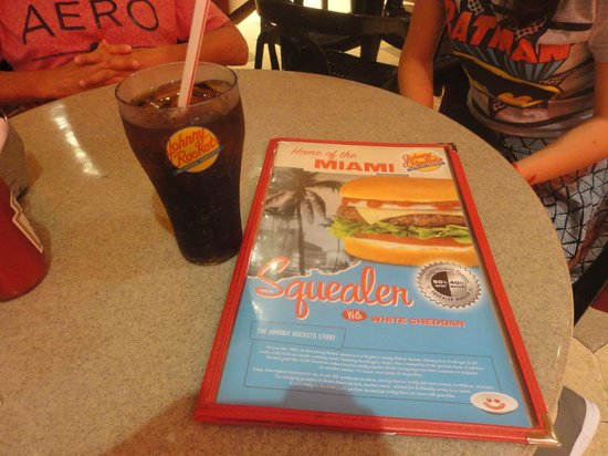 Johnny Rockets Dolphin Mall: Gaseosa refill
