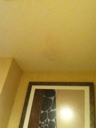 Residence Inn Livermore Pleasanton: Bathroom ceiling with mold