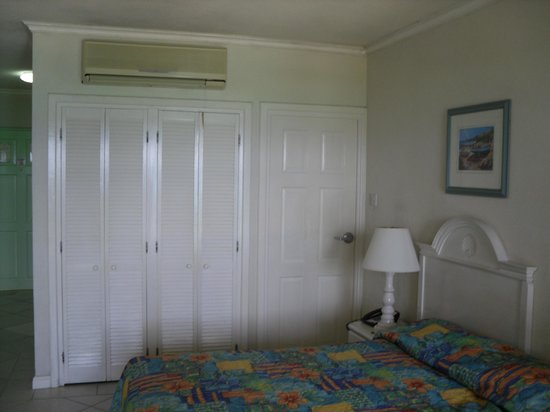 Coral Mist Beach Hotel: Bedroom with aircon