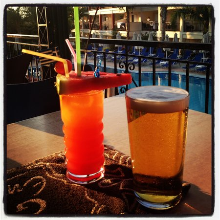 Planet Studios and Apartments: Drinks overlooking the pool :)