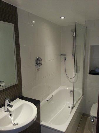 Thistle Kensington Gardens: Bathroom
