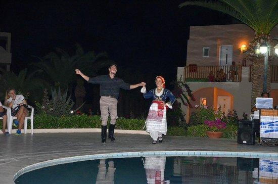 Hotel Delfina Beach : Noche de bailes folclóricos griegos. Muy bonito, al final invitan a aprender a bailar.