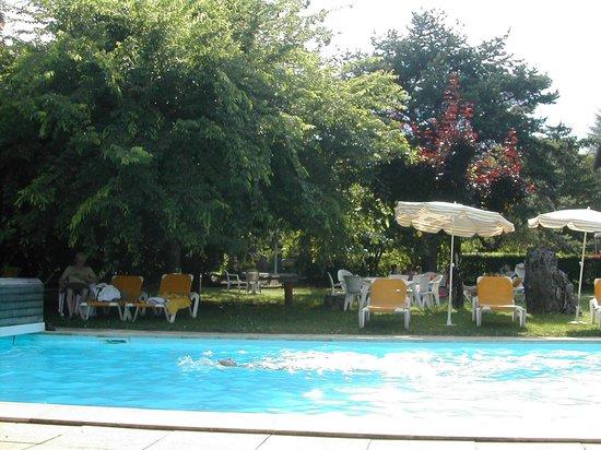 Hotel Arcalod: ombre autour de la piscine