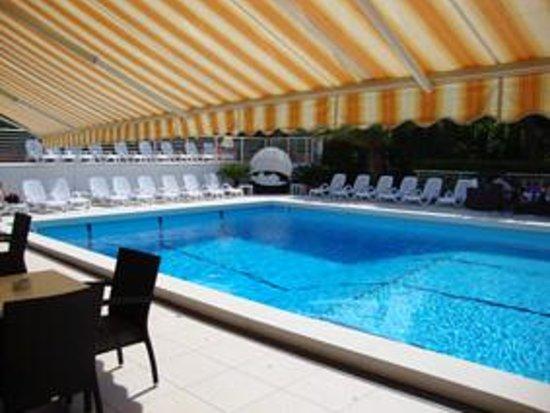 Hotel Palace : piscina e solarium