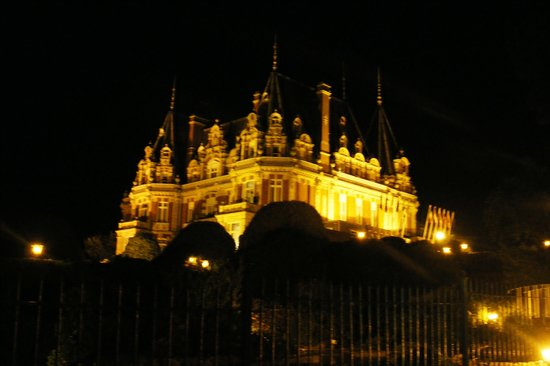 Chateau Impney Hotel & Exhibition Centre: Chateau Impney by night