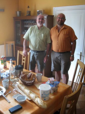 Douce France B&B: Breakfast with the owners