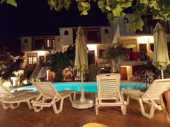 Hotel Kipos: Pool at night