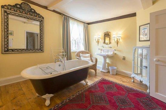 Chancery House: Very Beautiful Bathroom with Bedroom 2