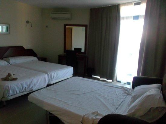 Hotel Mainare Playa Fuengirola: matrimonio en cama y dos niños en sofa cama