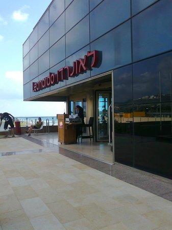 Leonardo Hotel Haifa: Вот эта охранница не впустила нас в отель , когда моему ребёнку стало плохо !!!