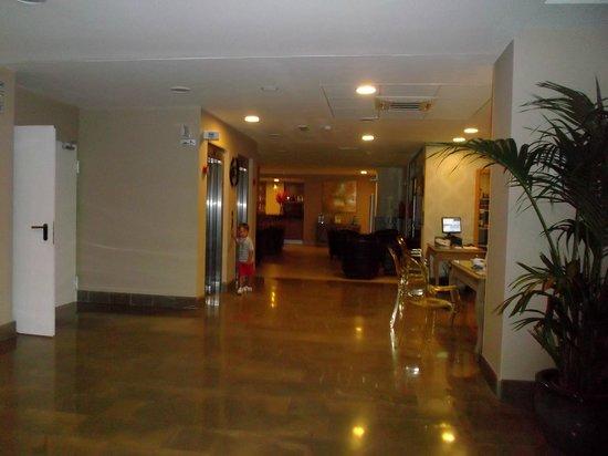 Hotel Mainare Playa Fuengirola: es la recepcion  y al fondo el bar