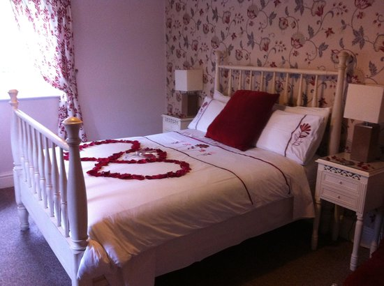 The Haven B&B: Rose petals on the bed.