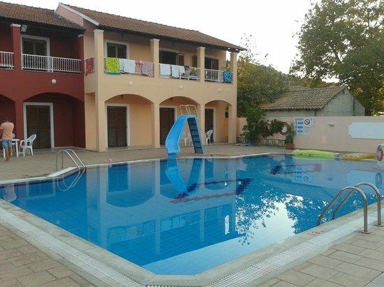 Koursaros Apartments: piscina