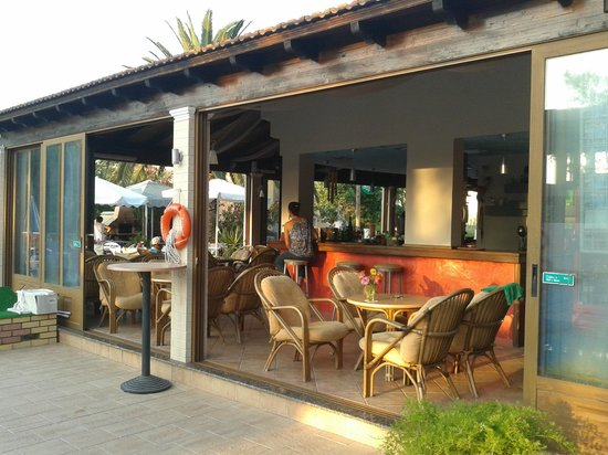 Koursaros Apartments: pool bar