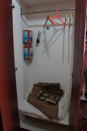 Taxina Hotel: Closet
