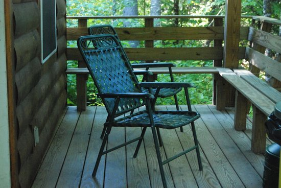 Northern Outdoors Adventure Resort : Porch Cant Dog Cabin