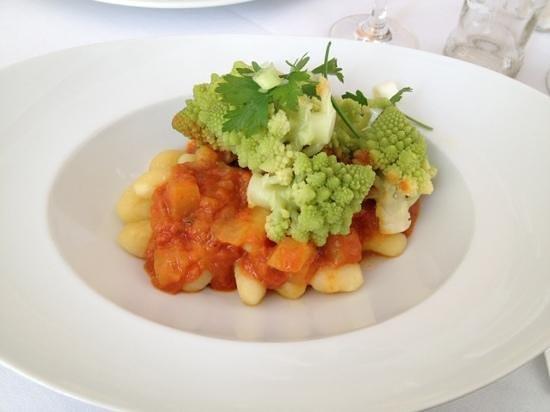 Cafe Strupait: Gnocchi in Tomaten-Mangosugo mit Koriander, Kardamon und Romanescoröschen