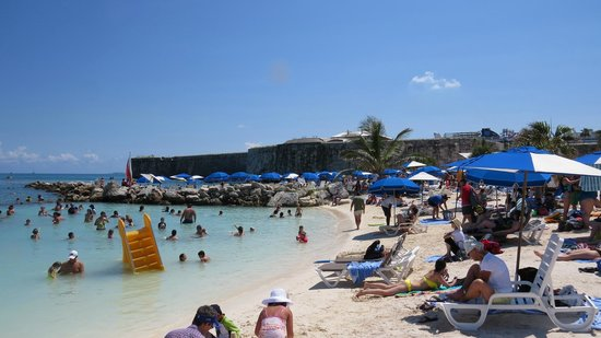 Snorkel Park Beach : cruise ships are visible just over the umbrellas, past the dockyard wall