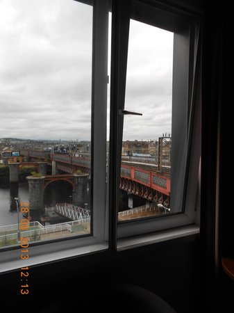 Jurys Inn Glasgow: other view from room 406 ... train tracks