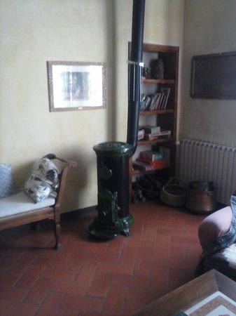 La Bandita Hotel Siena: Bellissima stufa in ghisa smaltata