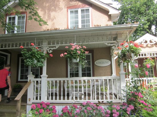 Ashgrove Cottage Bed and Breakfast: Front Entrance of the B&B