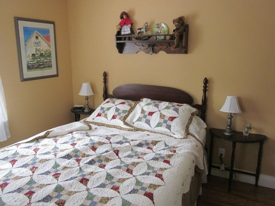 Ashgrove Cottage Bed and Breakfast: Emily room