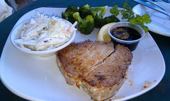 Grouper's Waterfront Restaurant: rubbery tuna