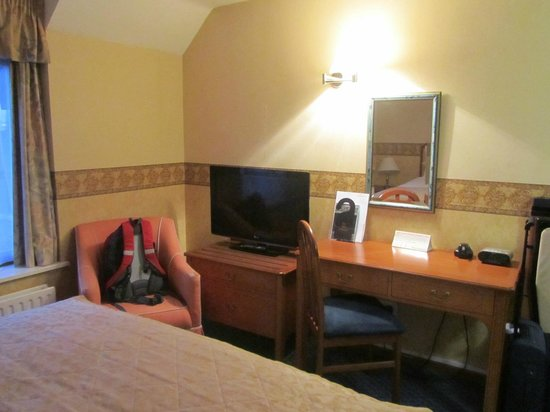 Sudbury House: TV and our room