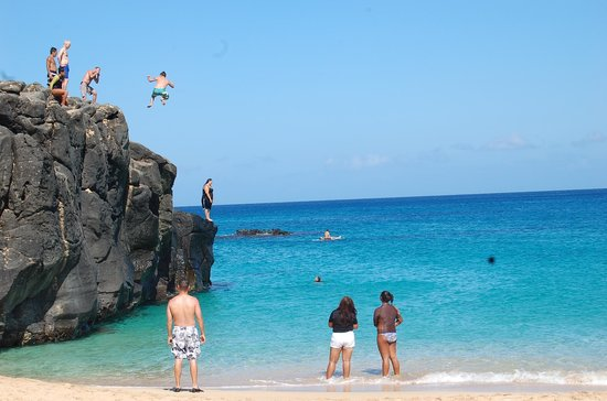 Waimea Bay : thumbs up jump off, while my dad snaps a photo