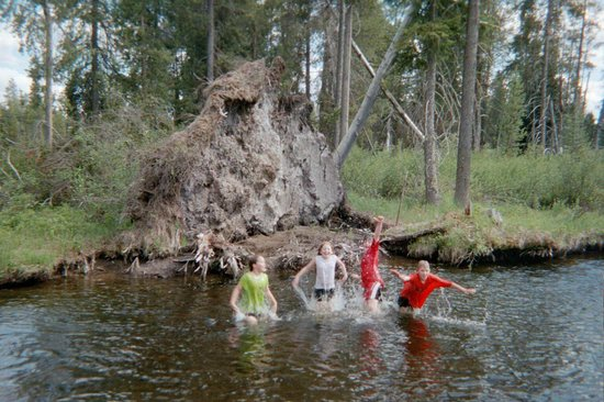 Crescent Creek Cottages & RV Park: Playing in Creek