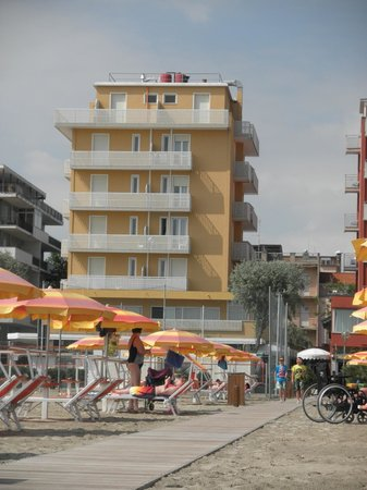 Hotel Carnaby: hotel so close to the beach ;))