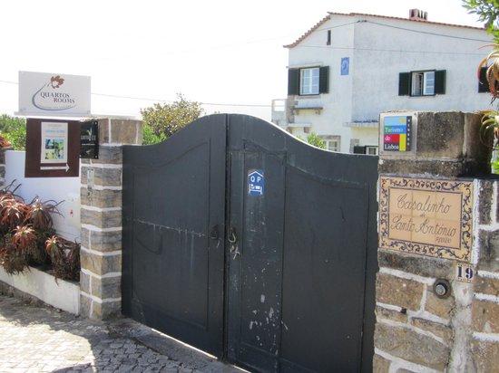 Casalinho de Santo Antonio: Entrada del estacionamiento