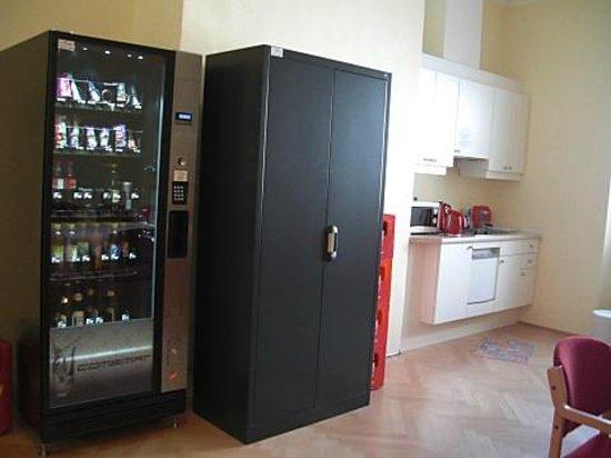 Gästehaus im Priesterseminar Salzburg: キッチンと冷蔵庫