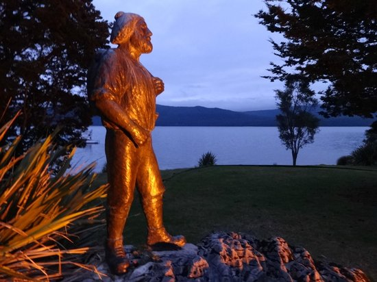 Lake Te Anau : Statue of Quintin MacKinnon who co-founded Milford Track