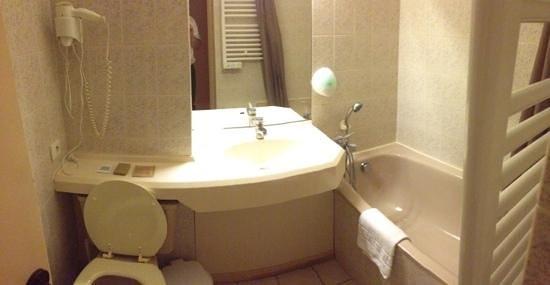Petite salle de bain picture of inter hotel le sully for Petite salle de bain