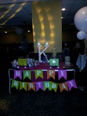 Embassy Suites by Hilton Hotel Los Angeles International Airport South: table glow