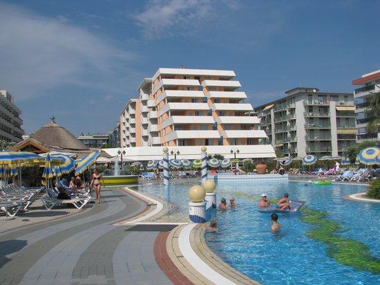 Holiday Aparthotel: Das Hotel vom Pool aus gesehen