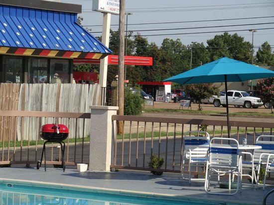 Quality Inn : Pool with barbecue and beer can in morning, against the rules