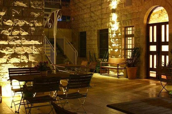 Villa Nazareth Hotel: Yard at night