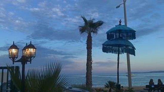 L'Ile Sous le Vent: la vue du resto sur mer,début de soirée