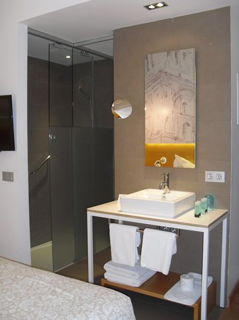Hotel Parraga Siete: Sink is in the room, shower and toilet behind sliding glass doors