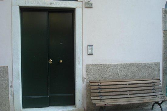 Sandra Villa Rooms: Entrada a nuestra habitación desde la calle
