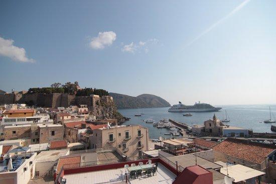 Agave Residence Lipari : vista della terrazza su marina corta