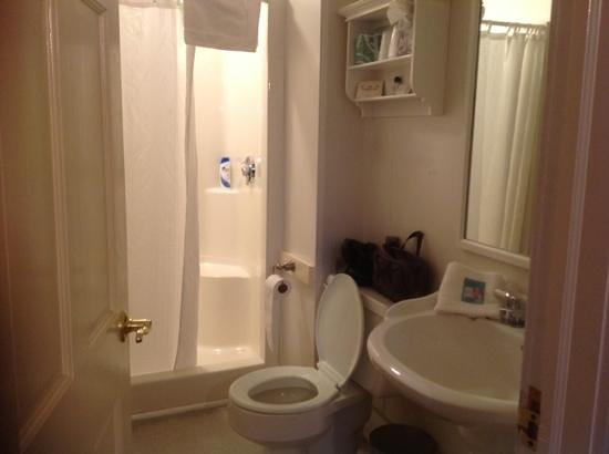 The Whaler's Inn: bathroom